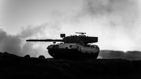 Wojenny pojęcie Militarne sylwetki walczy scenę na wojennym mgły nieba tle, wojna światowa żołnierzy sylwetki Pod Chmurną linią h obrazy royalty free