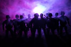 Wojenny pojęcie Militarne sylwetki walczy scenę na wojennym mgły nieba tle, wojna światowa żołnierzy sylwetki Pod Chmurną linią h fotografia stock