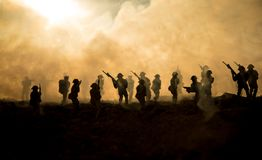 Wojenny pojęcie Militarne sylwetki walczy scenę na wojennym mgły nieba tle, wojna światowa żołnierzy sylwetki Pod Chmurną linią h fotografia royalty free