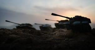 Wojenny pojęcie Militarne sylwetki walczy scenę na wojennym mgły nieba tle, wojna światowa żołnierzy sylwetki Pod Chmurną linią h zdjęcie royalty free