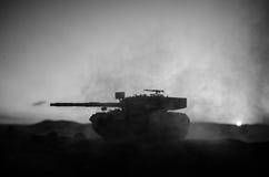Wojenny pojęcie Militarne sylwetki walczy scenę na wojennym mgły nieba tle, wojna światowa żołnierzy sylwetki Pod Chmurną linią h obrazy stock