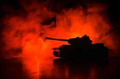 Wojenny pojęcie Militarne sylwetki walczy scenę na wojennym mgły nieba tle, wojna światowa zbiorników Niemieckie sylwetki Pod Chm Zdjęcie Stock