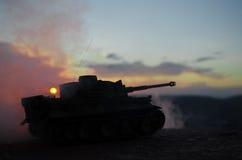 Wojenny pojęcie Militarne sylwetki walczy scenę na wojennym mgły nieba tle, wojna światowa zbiorników Niemieckie sylwetki Pod Chm Obrazy Stock
