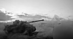 Wojenny pojęcie Militarne sylwetki walczy scenę na wojennym mgły nieba tle, wojna światowa zbiorników Niemieckie sylwetki Pod Chm Obraz Stock