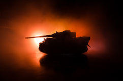 Wojenny pojęcie Militarne sylwetki walczy scenę na wojennym mgły nieba tle, wojna światowa zbiorników Niemieckie sylwetki Pod Chm Zdjęcia Royalty Free