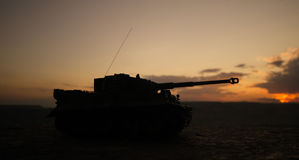 Wojenny pojęcie Militarne sylwetki walczy scenę na wojennym mgły nieba tle, wojna światowa zbiorników Niemieckie sylwetki Pod Chm Obraz Royalty Free