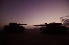 Wojenny pojęcie Militarne sylwetki walczy scenę na wojennym mgły nieba tle, wojna światowa zbiorników Niemieckie sylwetki Pod Chm Zdjęcie Royalty Free