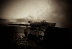 Wojenny pojęcie Militarne sylwetki walczy scenę na wojennym mgły nieba tle, wojna światowa zbiorników Niemieckie sylwetki Pod Chm Zdjęcia Stock