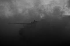 Wojenny pojęcie Militarne sylwetki walczy scenę na wojennym mgły nieba tle, wojna światowa zbiorników Niemieckie sylwetki Pod Chm Fotografia Royalty Free