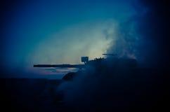 Wojenny pojęcie Militarne sylwetki walczy scenę na wojennym mgły nieba tle, wojna światowa zbiorników Niemieckie sylwetki Pod Chm Obrazy Royalty Free