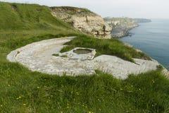 Wojny Światowa Dwa armatni emplacement na falezy krawędzi Fotografia Royalty Free