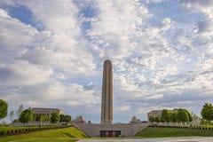 Wojny światowa dwa pomnik, Kansas miasta budynki, niebieskie niebo obraz stock