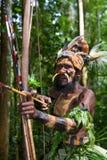 Wojownicy Papuaski plemię Yafi w tradycyjnych ubraniach, ornamentach i kolorystyce, Nowa gwinei wyspa, Obraz Royalty Free