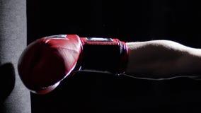 Wojownik Ćwiczy Niektóre kopnięcia Z Uderzać pięścią torbę - mężczyzna Z tatuażu boksem Na ciemnym tle Kopnięcie, uderza pięścią  Obraz Royalty Free