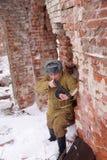 Wojownik Czerwony wojsko z maszynowym pistoletem w ruinach Stalingrad zdjęcia stock
