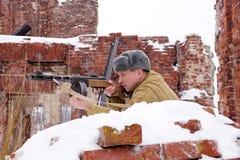 Wojownik Czerwony wojsko z maszynowym pistoletem w ruinach Stalingrad obrazy stock