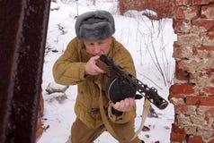 Wojownik Czerwony wojsko z maszynowym pistoletem w ruinach Stalingrad fotografia royalty free