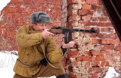 Wojownik Czerwony wojsko z maszynowym pistoletem w ruinach Stalingrad obraz stock
