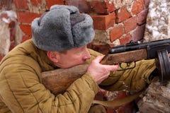 Wojownik Czerwony wojsko z maszynowym pistoletem w ruinach Stalingrad fotografia stock