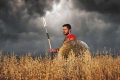 Wojownik jest ubranym jak spartan lub antykwarski rzymski solider obraz royalty free