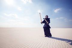 Wojownik w tradycyjnym opancerzeniu dla kendo przygotowywającego dla walki Zdjęcia Stock