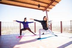 Wojownika joga pozy trening przy zdrowie klubem Zdjęcia Royalty Free