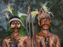 Wojownika plemię Yaffi w wojennej farbie z łękami i strzała w jamie Nowa gwinei wyspa Zdjęcia Stock