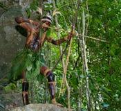 Wojownika plemię Yaffi w wojennej farbie z łękami i strzała w jamie Nowa gwinei wyspa Fotografia Royalty Free