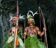 Wojownika plemię Yaffi w wojennej farbie z łękami i strzała w jamie Nowa gwinei wyspa Obrazy Royalty Free