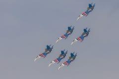 Wojownika Sukhoi Su-27 przedstawienia aerobatics przy airshow rosjanina rycerzami Zdjęcia Royalty Free