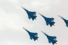 Wojownika Sukhoi Su-27 przedstawienia aerobatics przy airshow rosjanina rycerzami Obraz Stock