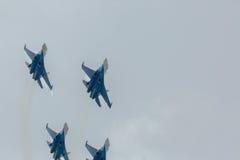 Wojownika Sukhoi Su-27 przedstawienia aerobatics przy airshow rosjanina rycerzami Zdjęcie Royalty Free