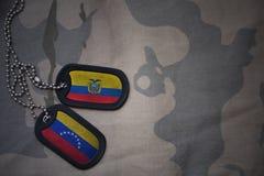 wojska puste miejsce, psia etykietka z flaga Ecuador i Venezuela na khakim tekstury tle, Fotografia Stock