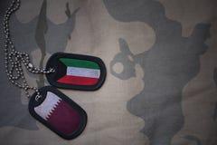 wojska puste miejsce, psia etykietka z flaga Kuwait i Qatar na khakim tekstury tle, Zdjęcie Stock