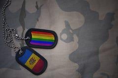 wojska puste miejsce, psia etykietka z flaga Moldova i homoseksualna tęcza, zaznaczamy na khakim tekstury tle Zdjęcia Royalty Free