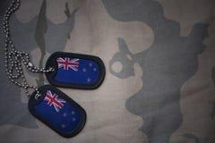 Wojska puste miejsce, psia etykietka z flaga nowy Zealand na khakim tekstury tle Zdjęcia Stock