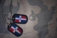Wojska puste miejsce, psia etykietka z flaga republika dominikańska na khakim tekstury tle Fotografia Royalty Free