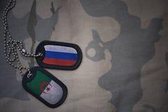 wojska puste miejsce, psia etykietka z flaga Russia i Algeria na khakim tekstury tle, ilustracji