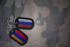 wojska puste miejsce, psia etykietka z flaga Russia i Armenia na khakim tekstury tle, Fotografia Royalty Free