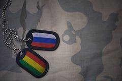 wojska puste miejsce, psia etykietka z flaga Russia i Bolivia na khakim tekstury tle, Zdjęcia Royalty Free