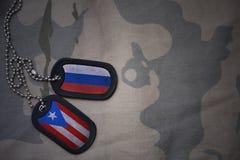 wojska puste miejsce, psia etykietka z flaga Russia i puerto rico na khakim tekstury tle, Zdjęcie Royalty Free