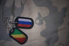 wojska puste miejsce, psia etykietka z flaga Russia i republika Congo na khakim tekstury tle, Obraz Stock