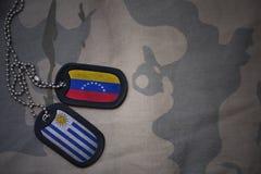 wojska puste miejsce, psia etykietka z flaga Uruguay i Venezuela na khakim tekstury tle, Fotografia Royalty Free