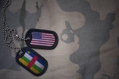 wojska puste miejsce, psia etykietka z flaga zlani stany America i środkowo-afrykański republika na khakim tekstury tle, Obraz Royalty Free