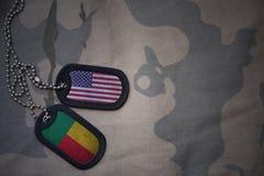 wojska puste miejsce, psia etykietka z flaga zlani stany America i Benin na khakim tekstury tle, Zdjęcia Royalty Free
