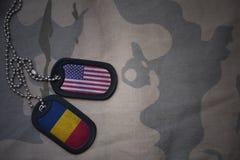 wojska puste miejsce, psia etykietka z flaga zlani stany America i chad na khakim tekstury tle, Fotografia Royalty Free