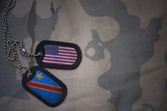wojska puste miejsce, psia etykietka z flaga zlani stany America i demokratyczna republika Congo na khakim tekstury tle, Zdjęcie Stock