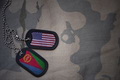 wojska puste miejsce, psia etykietka z flaga zlani stany America i Eritrea na khakim tekstury tle, Zdjęcie Stock