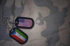 wojska puste miejsce, psia etykietka z flaga zlani stany America i gwinea równikowa na khakim tekstury tle, Obrazy Royalty Free
