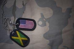 wojska puste miejsce, psia etykietka z flaga zlani stany America i Jamaica na khakim tekstury tle, obraz stock